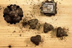 Blandad choklad på trät Arkivbild