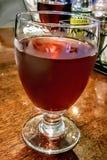Blandad drink i vinexponeringsglas Arkivbild