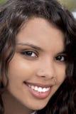 Blandad etnisk ung kvinna som ler den utomhus- ståenden Arkivfoton