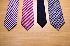 Blandad färgrik slips på Wood bakgrund Royaltyfri Fotografi