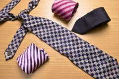 Blandad färgrik slips på Wood bakgrund Arkivfoton
