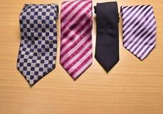 Blandad färgrik slips på Wood bakgrund Royaltyfri Bild