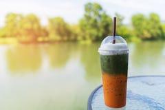 Blandad is för is för grönt te för matcha och chathaite arkivbild