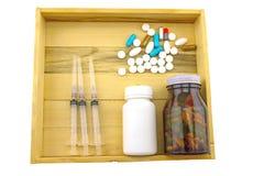Blandad flaskmedicin, visare och injektionsspruta i den wood asken på Fotografering för Bildbyråer