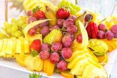 Blandad frukt på den vita plattan Royaltyfria Foton