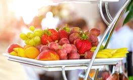 Blandad frukt på den vita plattan Royaltyfri Bild