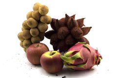 Blandad frukt på vit isolerad blandad thailändsk frukt för bakgrund och Apple Arkivfoton