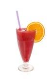 Blandad fruktcoctail med den isolerade jordgubben och apelsinen royaltyfri fotografi
