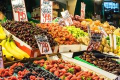 Blandad fruktställning, inomhus marknad Arkivbild