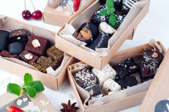 Blandad gourmet- choklad i en boxas royaltyfri fotografi