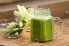 Blandad grön smoothie med Arkivfoto