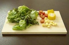 Blandad grönsak på skärbräda Royaltyfri Bild