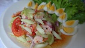 Blandad grönsaksallad med ägget på en vit platta Royaltyfria Foton