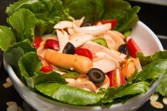 Blandad grönsaksallad med tomater, gurkor, skivade peppar Royaltyfria Foton