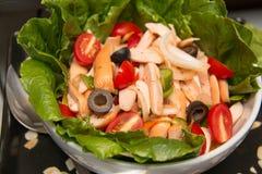 Blandad grönsaksallad med tomater, gurkor, skivade peppar Royaltyfri Foto