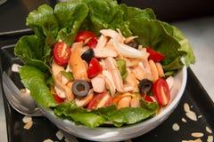 Blandad grönsaksallad med tomater, gurkor, skivade peppar Royaltyfri Fotografi