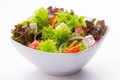 Blandad grönsaksallad med tomater och fetaost Arkivbilder