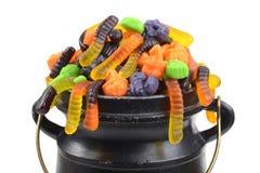 Blandad halloween för Closeup godis i svart kittel fotografering för bildbyråer