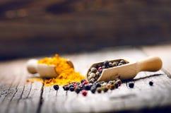 Blandad hel peppar på en träskopa Naturlig gammal bakgrund Begrepp av mat, krydda Arkivbild