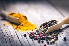Blandad hel peppar på en träskopa Naturlig gammal bakgrund Begrepp av mat, krydda Royaltyfri Foto