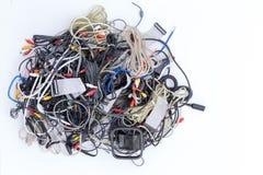 Blandad ihop hög av elektriska kablar och kontaktdon arkivbild