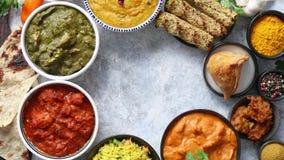 Blandad indisk mat på stenbakgrund Disk av indisk kokkonst stock video