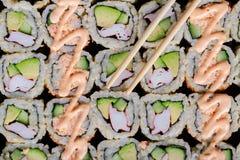 Blandad japansk sushi på en svart platta Royaltyfri Fotografi