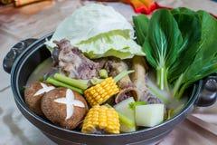 Blandad kinesisk mat tjänade som i en varm kruka Royaltyfria Bilder