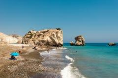 Blandad kiselsten- och sandstrand på den Aphrodite Rock platsen i Cypern royaltyfria foton