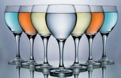 Blandad kulör vinglas för vänner för vinexponeringsglas och mat- och drink arkivbild