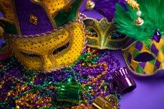 Blandad Mardi Gras eller Carnivale maskering på en lila  royaltyfria foton