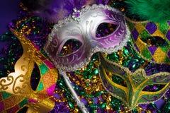 Blandad Mardi Gras eller Carnivale maskering på en purpurfärgad bakgrund royaltyfri fotografi
