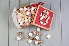 Blandad marshmallow på den wood tabellen med gåvaasken för åtta marsch Royaltyfria Bilder