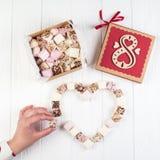 Blandad marshmallow på tabellen med gåvaasken för åtta marsch Royaltyfria Foton