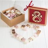 Blandad marshmallow på tabellen med gåvaasken för åtta marsch Arkivbild