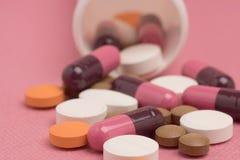 Blandad medicin- och preventivpillerflaska Arkivbild