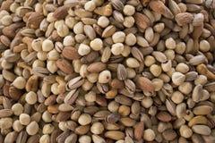 Blandad nuts bakgrund Mandlar, hasselnötter, kasjun och pistascher blandade tillsammans arkivbild
