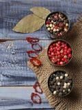 Blandad peppar i metallisk bunke Arkivfoto