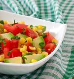Blandad sallad med avokadot, tomater och majs Royaltyfri Bild