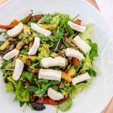 Blandad sallad med getost och grillade grönsaker Arkivfoto