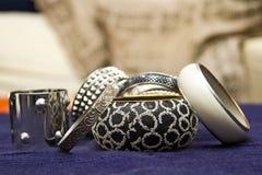 Blandad set av armband på en makeuptabell Arkivfoton