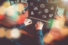 Blandad skärm för loppsemestersymboler på kvinnahanden genom att använda bärbara datorn för att planera för lång helg stock illustrationer