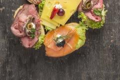 Blandad smörgås med den steknötkött, ost och laxen arkivfoto