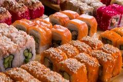 Blandad sushi och rullar på det wood brädet i mörkt ljus Royaltyfria Foton
