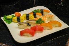 blandad sushinigiri - japansk matstil Royaltyfri Bild