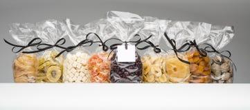 Blandad torkad fruktsamling in i eleganta plastpåsar Royaltyfria Foton