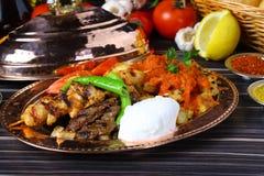 Blandad turkisk kebab på steknålar royaltyfria bilder