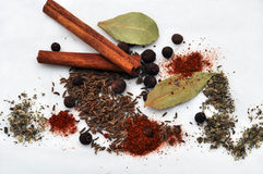 blandad ut hälld krydda Arkivbilder