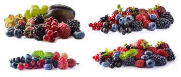 Blandade bär och frukter med kopieringsutrymme för text Uppsättningen av nya frukter och bär isolerade en vit bakgrund Mogna blåb Royaltyfria Bilder
