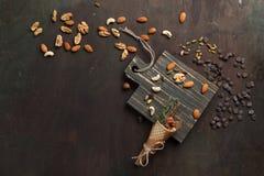 Blandade blandade muttrar och choklad på en träskärbräda Bästa sikt med kopieringsutrymme Royaltyfri Fotografi